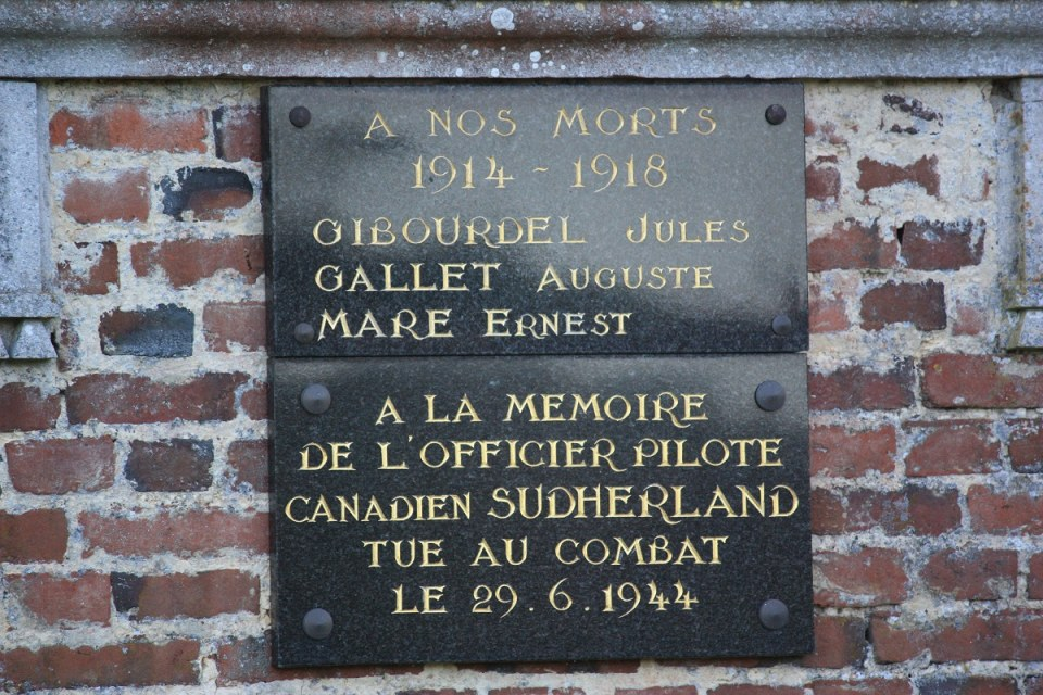 Plaque Flight Lt Robert Laurence SUTHERLAND Avernes-Saint-Gourgon Orne (61)