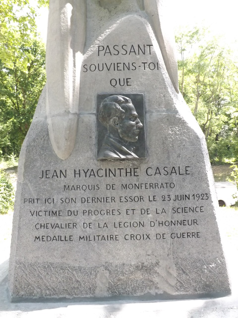 Monument Jean Casale (avant r閚ovation) Buc Yvelines (78)